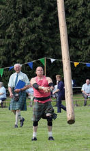 Old_Meldrum_Fyvie_153_Tossing_the_Caber